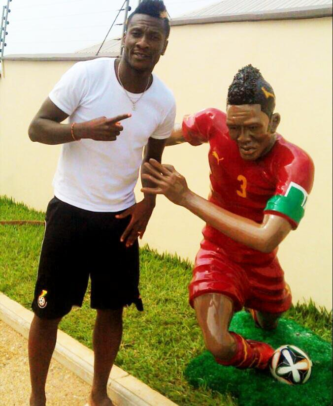 Asamoah Gyan with his statue
